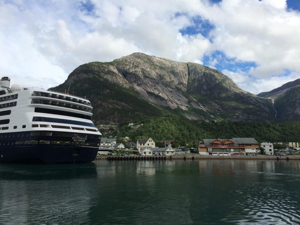 Eidfjord från vattnet.