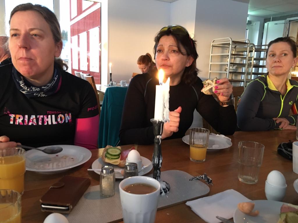 Anna, Valentina och Susanna. Jag älskar grejen att det fanns en enorm grytkastrull full med havregrynsgröt, på frukostbuffén.