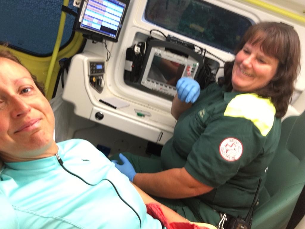 Nu bli det selfie sa jag i ambulansen. Så fantastiska dessa människor är!!!