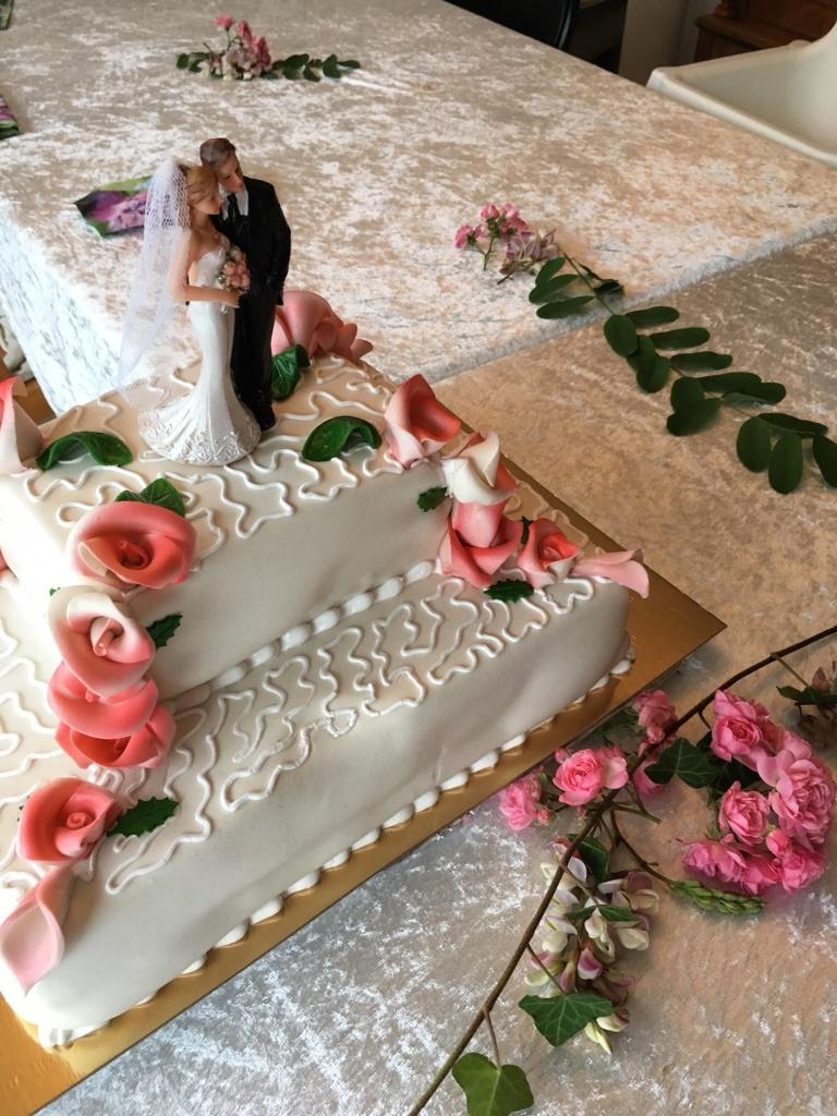 Svärmor bjöd på fest med tårta för att fira vårt smitbröllop.