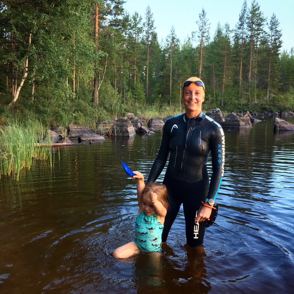 Träna går såklart jättebra även i Dalarna. Älskar de cola-färgade sjöarna. Funkar lika bra för simpass som nakenbad.