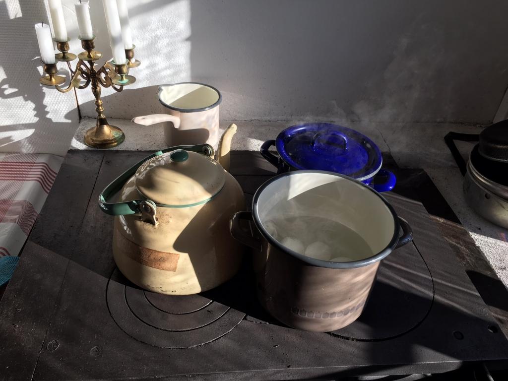 Emaljerade kokkärl är bra på vedspis och fungerar även att ta med ut om man vi laga mat över öppen låga. Kannan fanns i min farmor och farfars dalastuga och är alltid fylld med varmvatten.