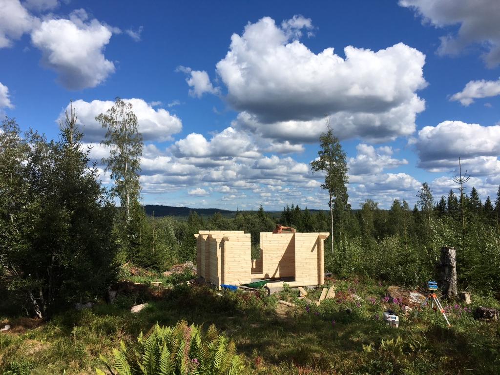 Det första vi valt att satsa på är att sätta upp en gärdesgård runt tomten och nu bygger vi en bastu.