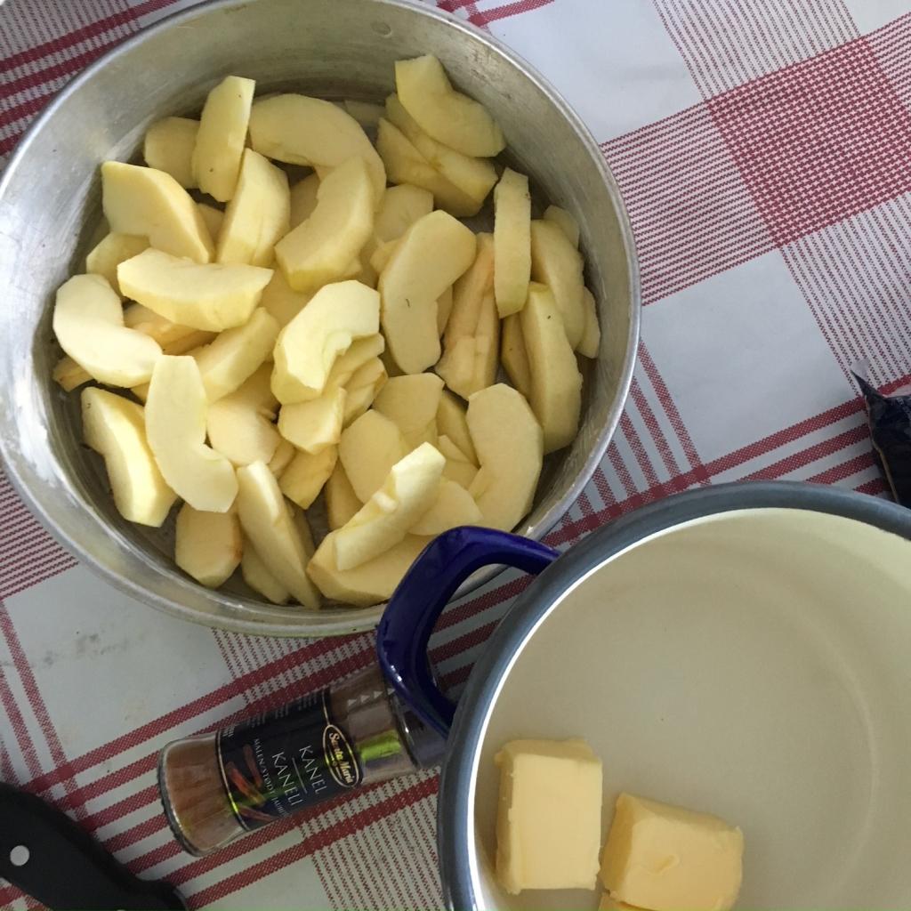 Det mesta går såklart att laga på en vedspis. Har man ldat hela dagen tar det bara 10 min i ugnen för att en paj ska bli gyllenbrun och frukten börja bubbla.